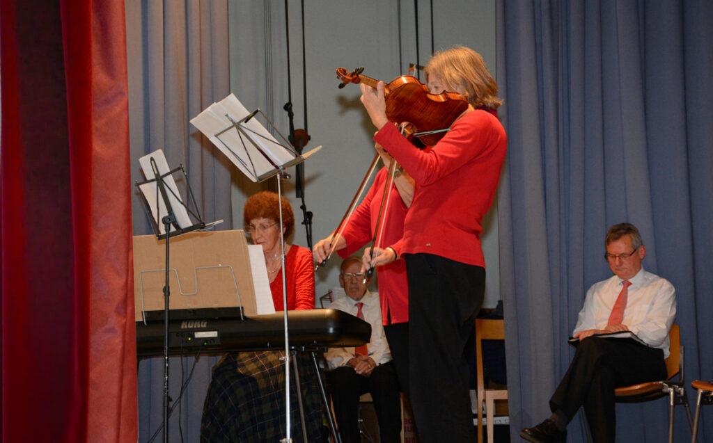 07 Zwischeneinlage, Trio Rosso mit Klavier und Geigen