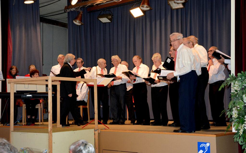 08 Dirigent Alfredo gibt Anweisungen