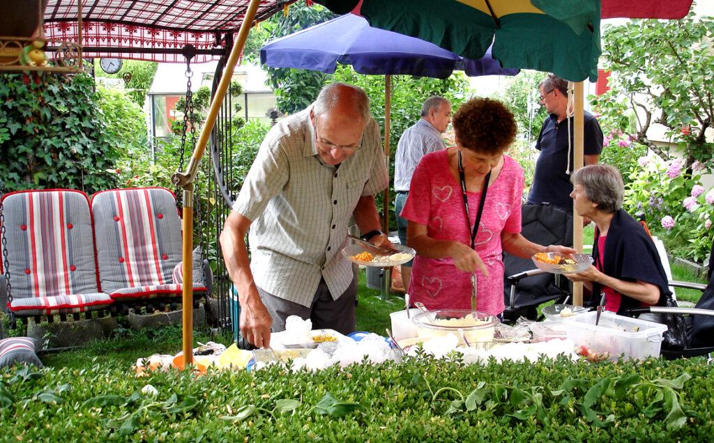 12 Albertina mit Gästen am Salatbuffet