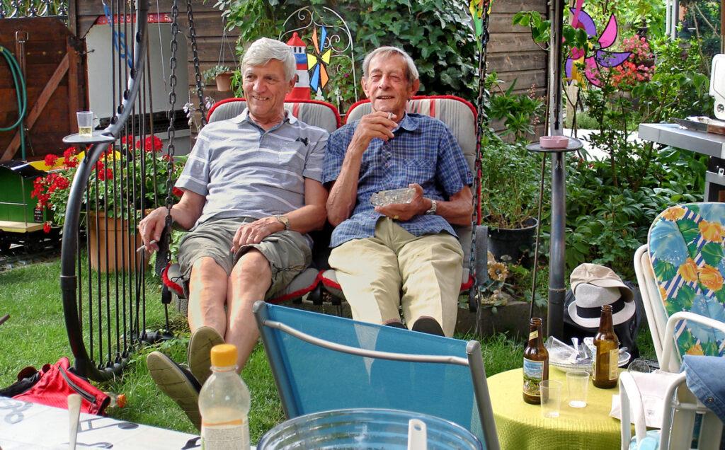 13 Bruno und Ludwig auf der Raucherschaukel