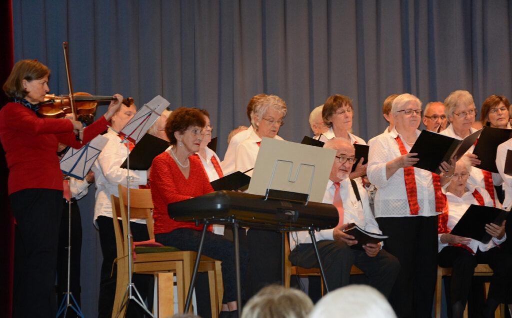 15 Frauen- und Kolpingchor singen das Schlusslied