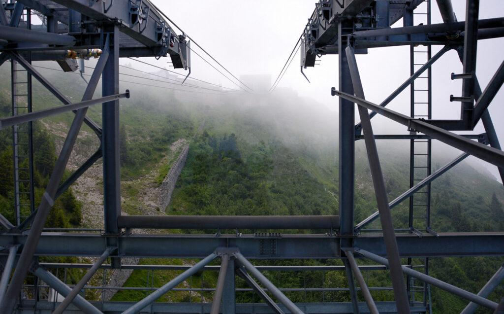 23 Die Bergstation ist im Nebel