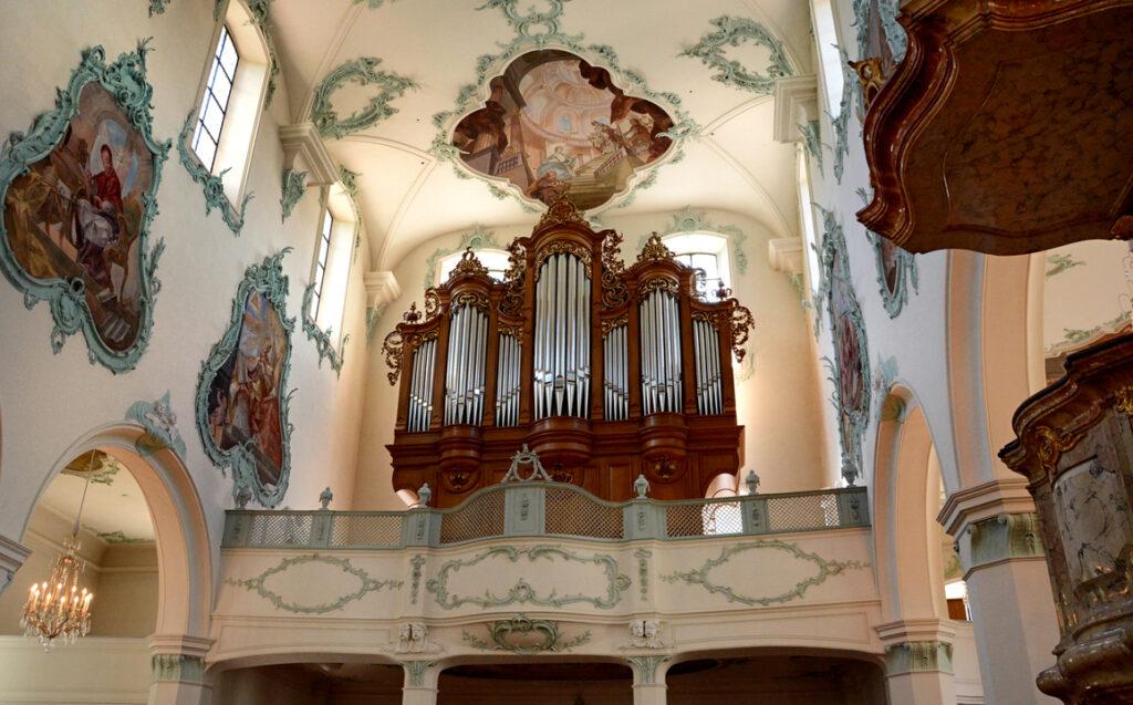 37 Blick zur Orgelempore