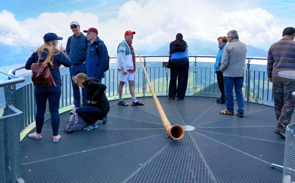 39 Aussichtsplattform mit Alphorn