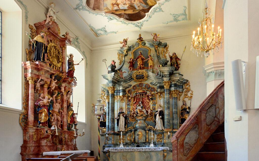 39 Kleiner Altar am Fenster der Kirche
