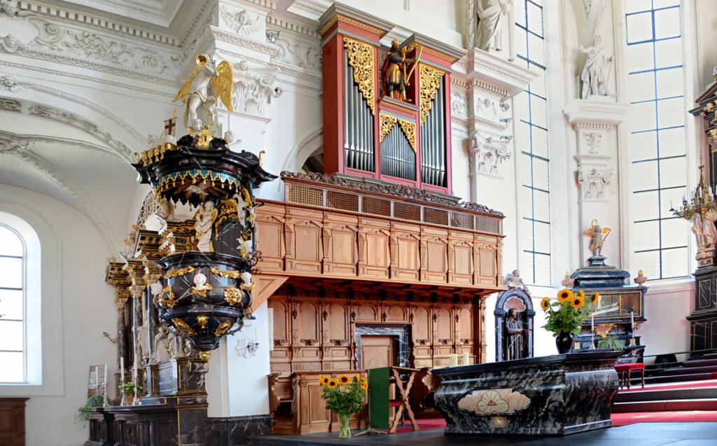 60 Altar mit Chororgel