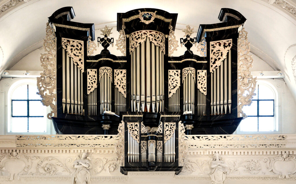 61 Die grosse Orgel in der Kirche Stans